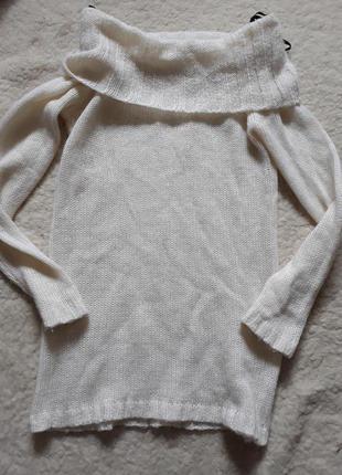 Теплый свитер с красивым воротом