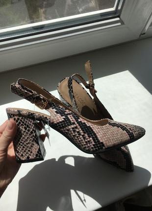 Летние туфли на каблуке, змеиный принт