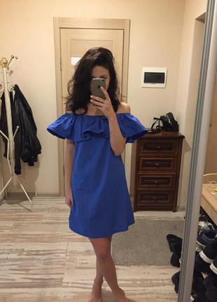 Синее платье со спущенными плечами
