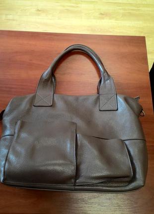 Очень крутая кожаная сумка, из натуральной кожи.