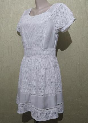Платье белое, ажурное с прошвой.