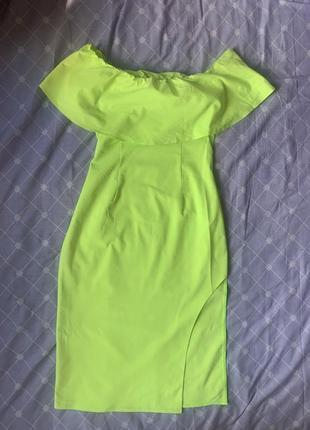 Яркое платье с вырезом