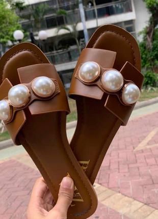 Кожаные шлёпанцы на низком ходу zara с жемчужинами, сандалии