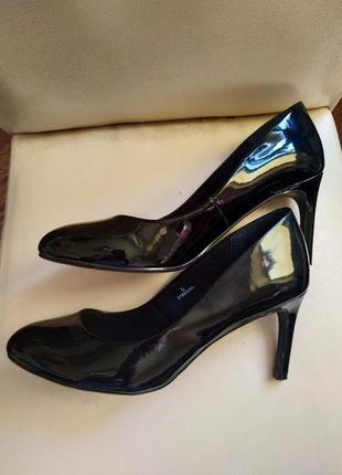 Элегантные черные лакированные туфли на тонком каблуке