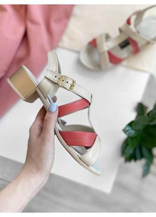 Кожаные босоножки на невысоком каблуке