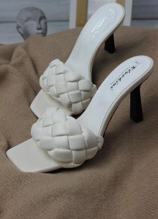 Трендовые шлёпанцы на каблуке с плетением молочного оттенка с квадратным носком
