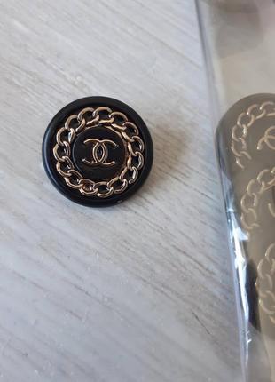 Железные брендовые пуговицы