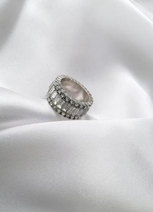 Широкое кольцо с камнями