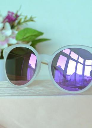 Зеркальные солнцезащитные очки в оправе