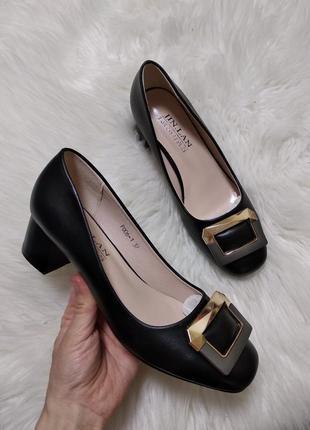 Женские туфли классические деловые на низком каблуке