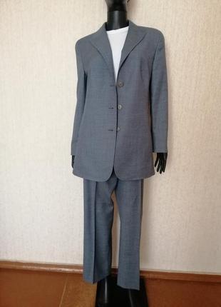 Шикарный шерстяной костюм escada