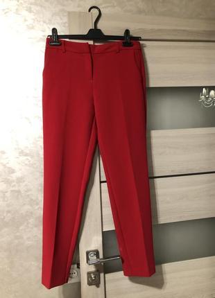 Красные брюки in city