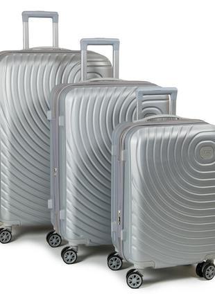 Комплект из трех пластиковых дорожных чемоданов