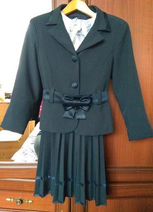 Шкільна форма темно-синього кольору і біла блузка