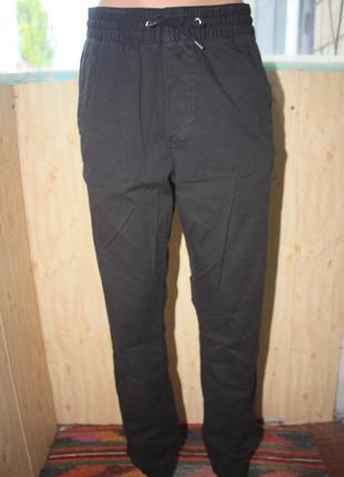 Актуальные базовые чёрные штаны с резинками снизу