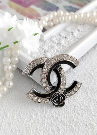 Брошь логотип в стиле шанель, много видов / серебристый, золотистый металл