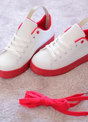 Женские белые кроссовки криперы на красной подошве