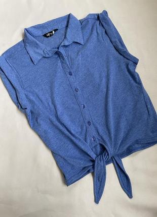 Майка футболка насиченого синього кольору з комірцем на зав'язках