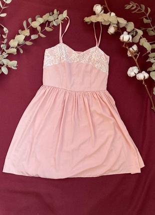 Нежное легкое розовое платье с белым кружевом