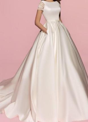 Неймовірна вишукана ве весільна сукня