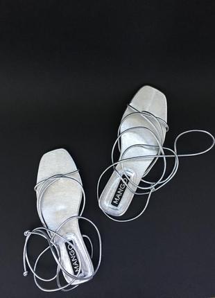Серебристые сандали на завязках