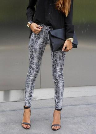 Шикарные джинсы lofty manner с принтом змеи.
