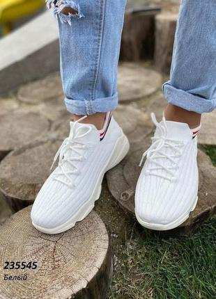 В наличии стильные легкие кроссовки
