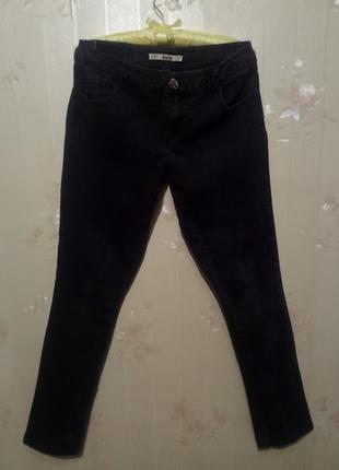 Узкие черные джинсы, чуть укорочены, размер 28/38/м , отлично тянутся
