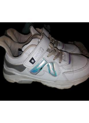 Кроссовки белые со светоотражающими полосками.1 фото