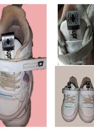 Кроссовки белые со светоотражающими полосками.4 фото