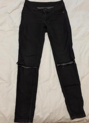 Молодёжные джинсы с порезами на коленях