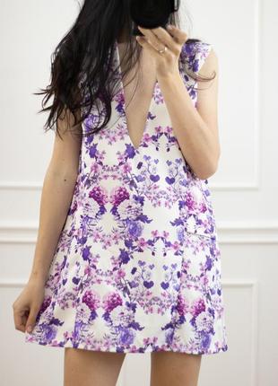Платье с глубоким декольте в цветочек летнее короткое