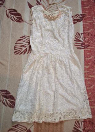 Кружевное платье с красивой спинкой