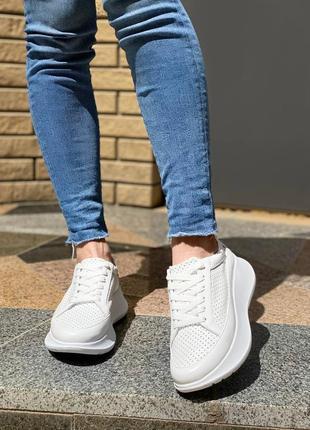 Белые кроссовки из натуральной кожи с перфорацией.