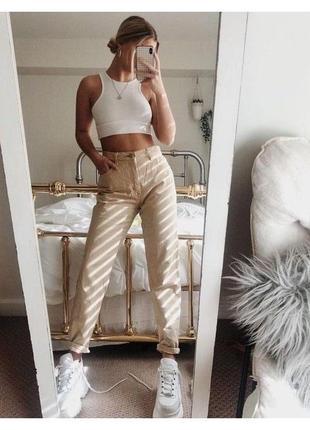 Стильные бежевые джинсы