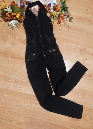 Стильний чорний із золотистою вишивкою джинсовий комбинезон-брюки на замочку для стройняшки