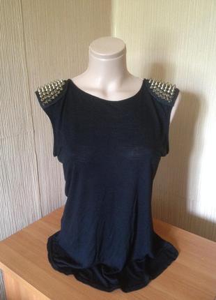 Стильная, модная черная футболка майка с золотыми шипами на плечах оверсайз. англия