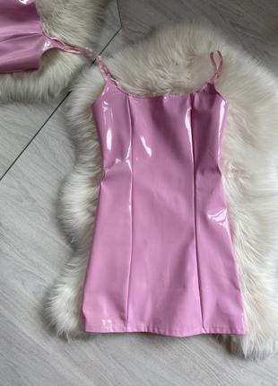 Розовое лаковое латексное мини платье