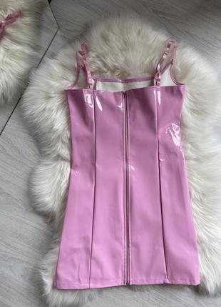 Розовое лаковое латексное мини платье10 фото
