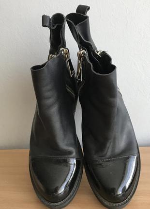 Кожаные осенние ботинки с лаковым носком.