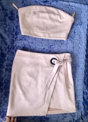 Красивый бежевый нежный костюм топ и юбка замш