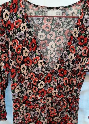 Платье на запах в цветочный принт с рюшиком как zara