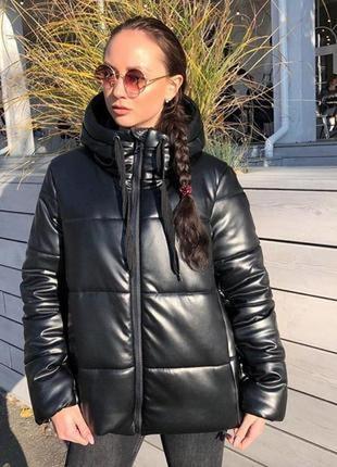 Кожаный зимний пуховик кроп оверсайз чёрный с капюшоном