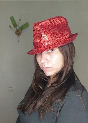 Красная шляпа в паетках