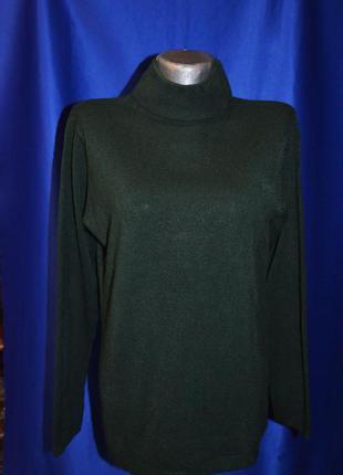 Мягкий зеленый свитер под горло