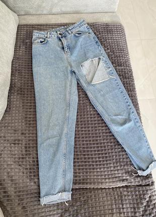 Женские джинсы mom на высокой посадке талии голубые с дыркой