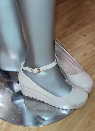 Туфли бежевые с ремешком