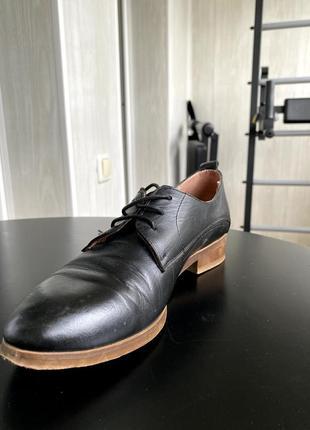 Черные кожаные туфли на низком каблуке со шнуровкой