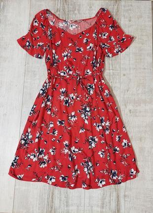 Красивое красное платье миди в цветы