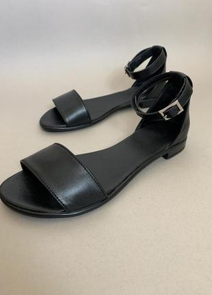 Босоножки на низком ходу, сандали